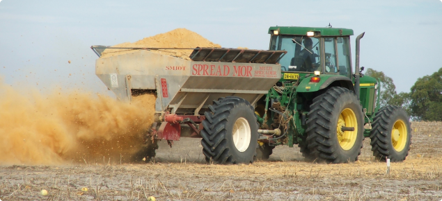 Clay spreading on water repellent sand using a multispreader